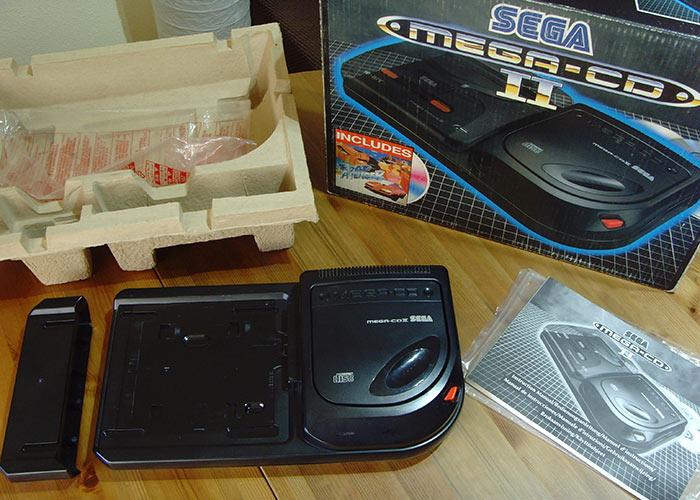 El Sega Mega-CD 2, compatible tanto con la primera como la segunda versión de Megadrive. El Mega-CD 1 apenas fue distribuido en territorio europeo, lo que hace que hoy sea tarea complicada conseguir uno completo